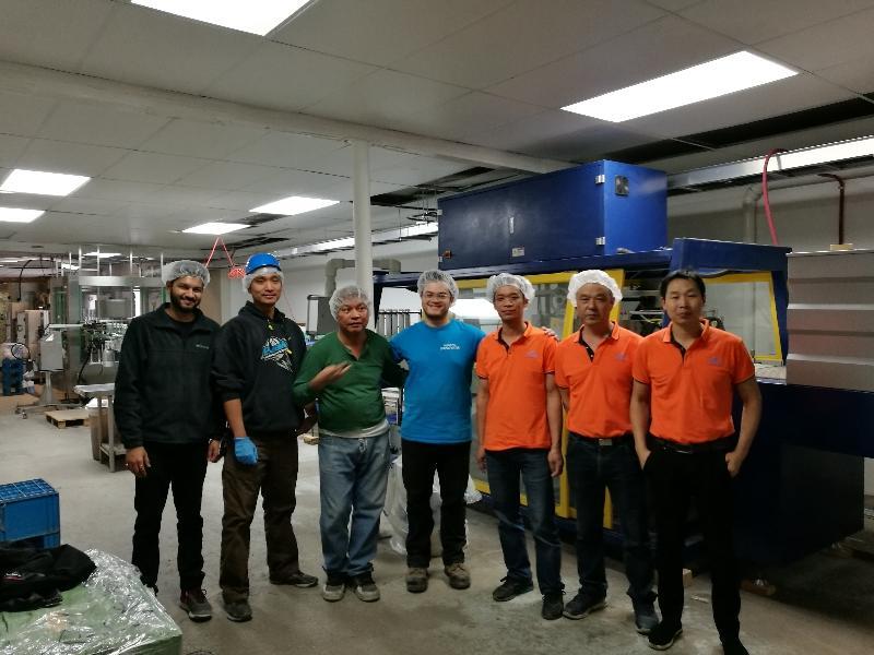 Общее количество питьевой воды J & D в Шэньчжэне поможет инженерам в Канаде установить и отладить линию подачи воды в бутылках на 12000 галлонов в час