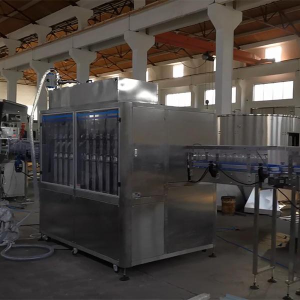 Línea de producción de llenado de botellas de mermelada en puesta en marcha