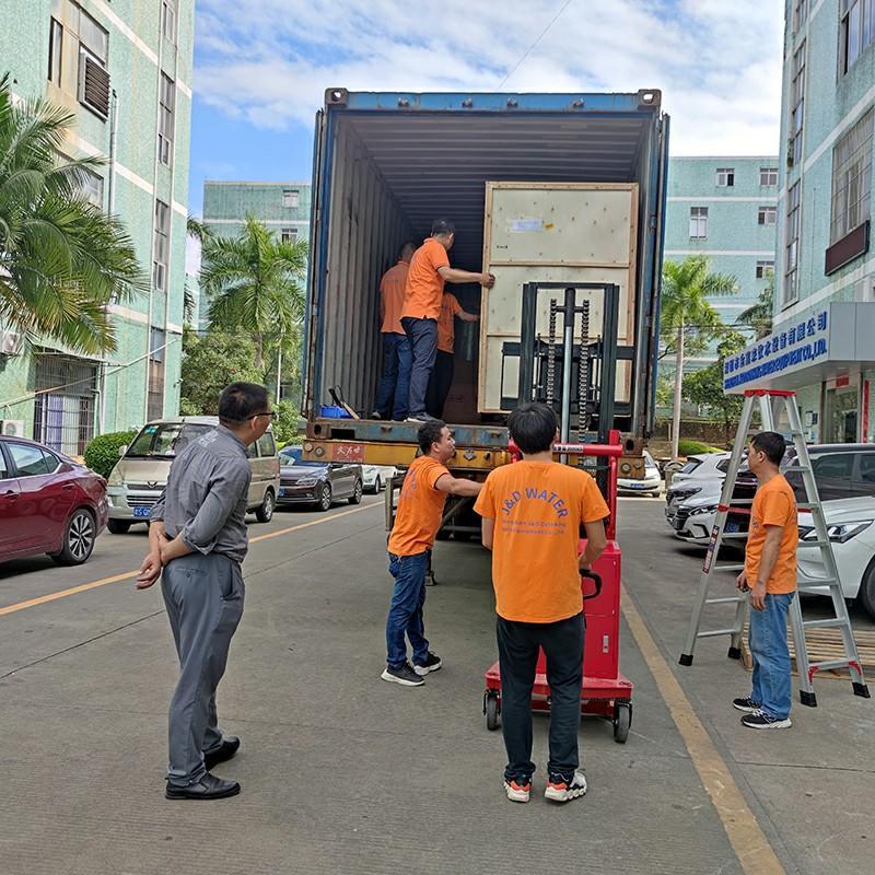La máquina empacadora retráctil de película de PE automática y el equipo de tratamiento de agua por ósmosis inversa se envían a Kenia